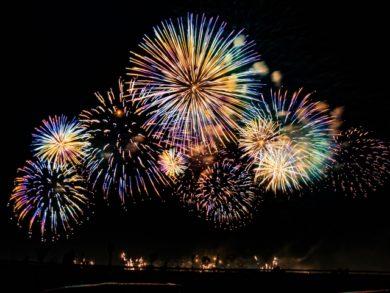 スマホで花火を上手に撮影する方法4選 関東でオススメの花火大会は! 【夏本番までにマスターしたい!花火の上手な撮影の仕方】 花火を写真に撮るの、とても難しいのです。 ですが、今回は「《手軽な》花火の上手な撮り方」を ご紹介させてください。 夏本番までにマスターして、 いい写真で思い出を書き留めましょう!!!