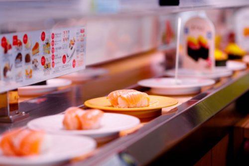 ジョブチューンで 無添くら寿司の料理を判定した一流料理人は誰 社員500人のアンケートで上位10位の 人気寿司ネタを7人の寿司職人さんたちがジャッジ! 「見事合格」になったネタとは? みかんサーモン、イベリコ豚の大トロ、赤海老  揚げたてえび天手巻き、肉厚とろ〆さば、  炙りたてうなぎ、大粒いくら、熟成まぐろ  はまち、熟成中とろ