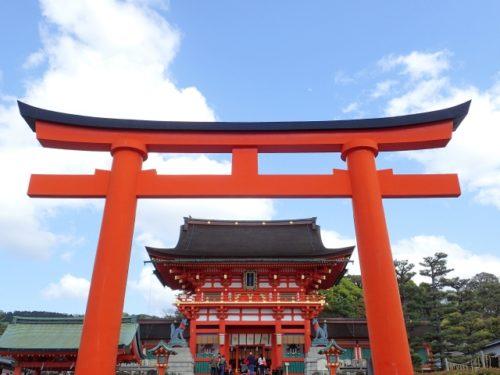 京都・本宮祭は京都の伏見稲荷大社で行われ、 前夜の宵宮祭と 合わせて二日間に渡るお祭りです。 お祭りの開催期間 2019年は7月20日(土曜日)18:00から『宵宮祭(よいみやまつり)』 21日(日曜日)9:00から『本宮祭(もとみやさい)』が行われます。 伏見稲荷の食事処やお土産や穴場の駐車場は?