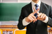 青森県八戸市内の小学校で担任体罰で小6男児に全治1週間の打撲